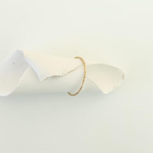 astrid c joaillerie anneau or hachuré anneau fait main lille anneau fait sur mesure anneau effet matière bague or fine