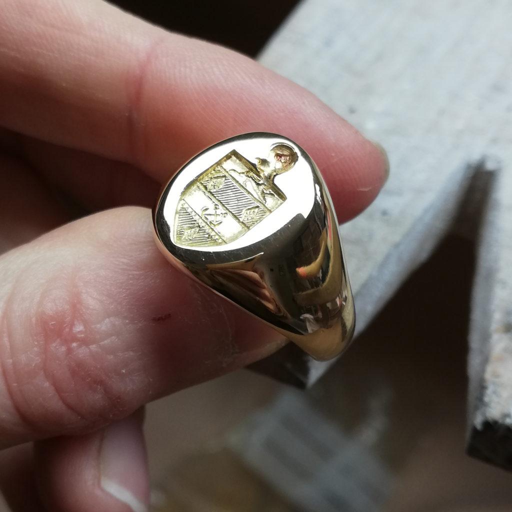 gravure héraldique chevalière blason famille armoiries graver bague gravure main
