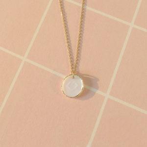 médaille porcelaine bisou bijou or porcelaine collier creatrice lilloise bijou porcelaine or