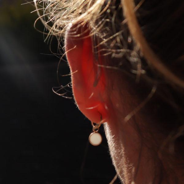 Créole or porcelaine mini créole créole 8mm créole avec pendant créole légère boucle oreille créole vue de dos
